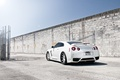 Картинка белый, небо, солнце, стена, сетка, тюнинг, забор, лужа, GTR, Nissan, ниссан, tuning, R35, гтр