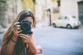 Картинка фотоаппарат, девушка, камера, снимает, фотографирует, объектив