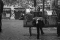 Картинка площади, городские сцены, курение, быт, скамейка, женщина, люди