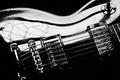 Картинка макро, чёрно-белое, гитара, изгиб, струны, электрогитара, капли