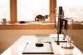 Картинка стол, клавиатура, компьютерная мышь, монитор, рабочее место, лампа