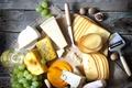 Картинка стол, вино, белое, бокал, сыр, виноград, ломтики, грецкие орехи