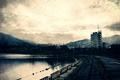 Картинка города, водоем, горы, дорога, строения