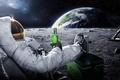 Картинка луна, земля, космонавт, астронавт, космос, carlsberg, пиво