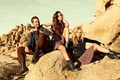 Картинка трава, природа, камни, девушки, одежда, брюнетка, блондинка, актер, мужчина, модели, Пол Уокер, Paul Walker, Erin ...