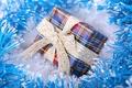 Картинка макро, синяя, коробка, подарок, лента, упаковка, мишура, праздник, blue, gift, new year, новый год, бант, ...