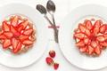 Картинка ягоды, тарелки, ложки, клубника, десерт