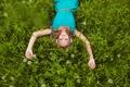 Картинка блондинка, улыбка, наушники, локоны, девушка, одуванчики, трава, клевер