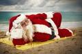 Картинка песок, море, солнце, облака, праздник, шапка, новый год, горизонт, очки, лежит, перчатки, шуба, борода, Санта ...
