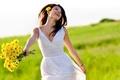 Картинка зелень, поле, трава, взгляд, свобода, девушка, счастье, цветы, поза, улыбка, волосы, смех, букет, весна, руки, ...