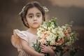 Картинка девочка, взгляд, цветы, букет