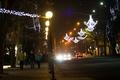 Картинка иллюминация, свет, лампочка, тротуар, освещение, люди, машины, ночь