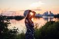 Картинка солнце, девушка, город, закат