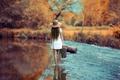 Картинка шляпа, платье.чемодан, путь, река, девушка