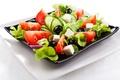Картинка сыр, лук, тарелки, помидоры, огурцы, салат, маслины, листья салата, греческий
