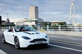 Картинка дорога, белый, город, Aston Martin, Лондон, Vantage, колесо обозрения, суперкар, родстер, V12, передок, roadster, London ...