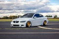 Картинка bmw, бмв, turbo, white, wheels, gold, tuning, power, front, face, germany, e92, volk