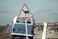 Картинка дорога, небо, облака, знак, пустыня, Volkswagen, верблюд, сзади, Volkswagen Transporter