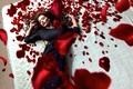 Картинка Daniel Ilinca, лепестки, девушка, розы, Red Roses