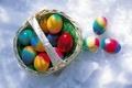 Картинка корзинка, пасхальные яйца, снег, крашанки