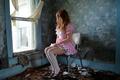 Картинка комната, девушка, окно