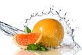 Картинка свежесть, вода, апельсин, долька, листочки, мята, брызги