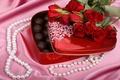 Картинка цветы, с конфетами, коробка конфет, сладости, подарок, сердце, стразы, блестки, шелк, шёлк, бутоны, жемчужины, сердечко, ...