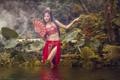 Картинка азиатка, девушка, вода, веер, макияж, наряд, природа, поза, стиль